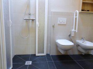 Interno del bagno in una camera dell'Hotel Aigle, Courmayeur Mont Blanc.
