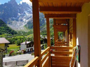 Veduta del Monte Bianco dal balcone di una camera dell'Hotel Aigle, Courmayeur Mont Blanc.