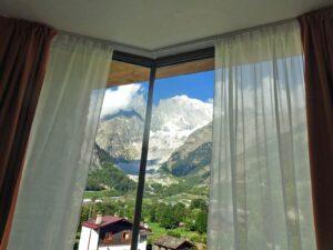 Vista del Monte Bianco da una camera dell'Hotel Aigle, Courmayeur Mont Blanc.