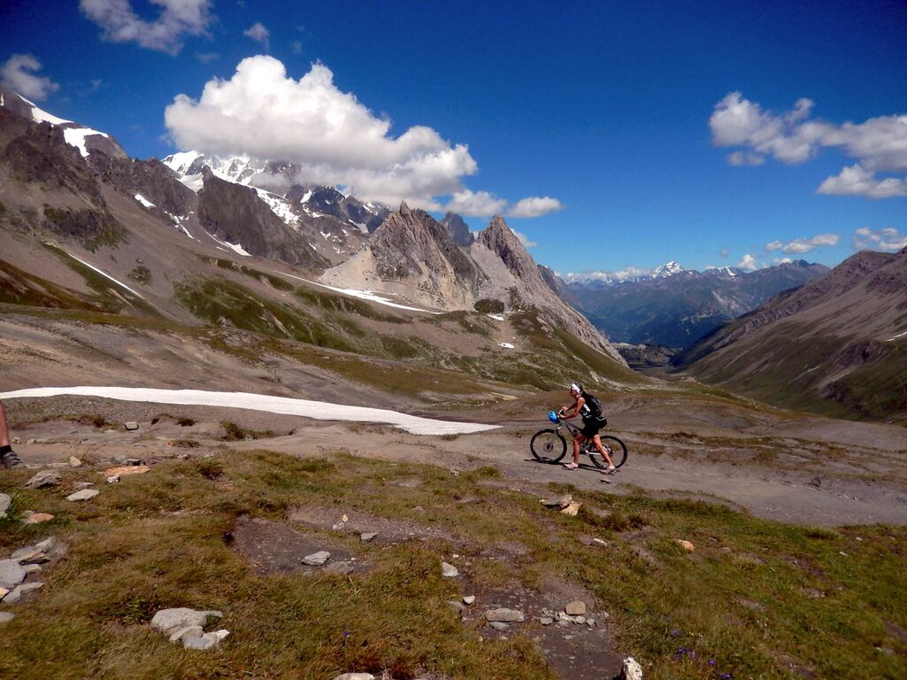 In mountain bike al Col de la Seigne.