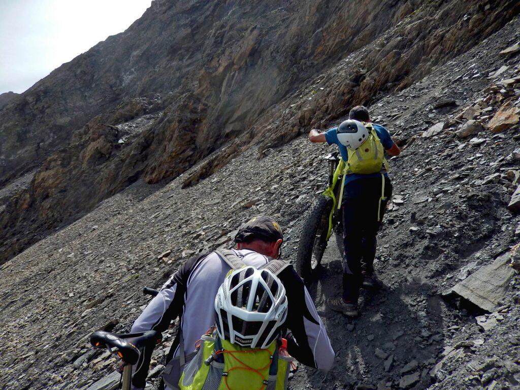 Ultimo tratto di salita in mountain bike al Col du Malatra.