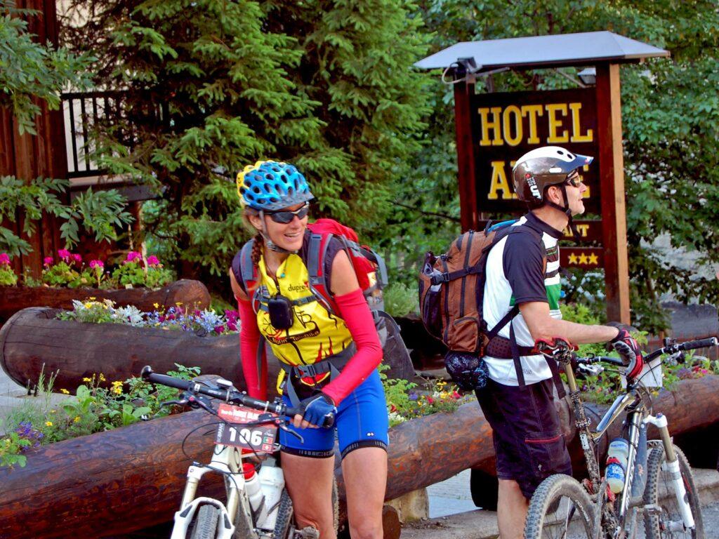 Biker in partenza dall'Hotel Aigle.