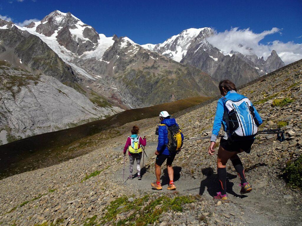 Discesa dal Col Chavannes con la catena del Monte Bianco.