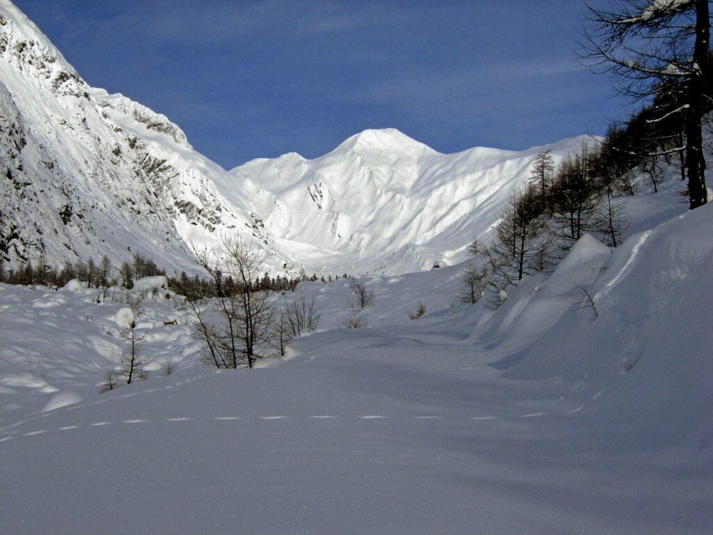 La strada da Lavachey ad Arnouva, coperta di neve in inverno.
