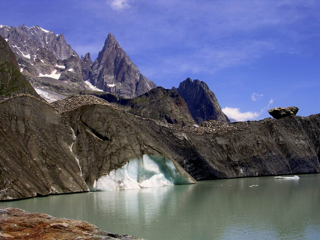 Il caratteristico Lago del Miage, in Val Veny.