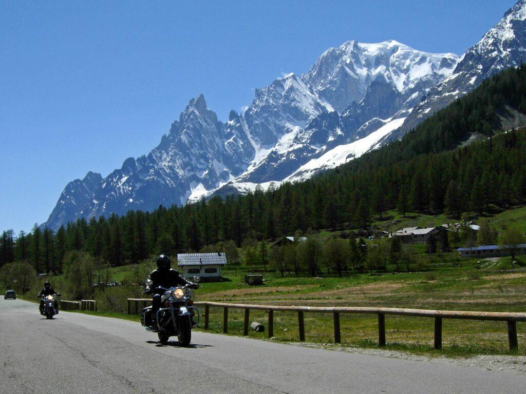 Turismo in moto in Val Ferret, ai piedi del Monte Bianco.