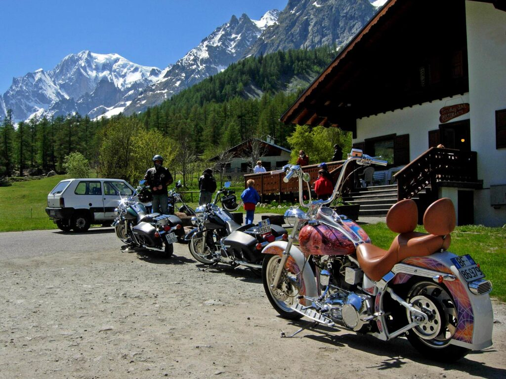 Motociclisti in pausa a Tronchey, in Val Ferret.