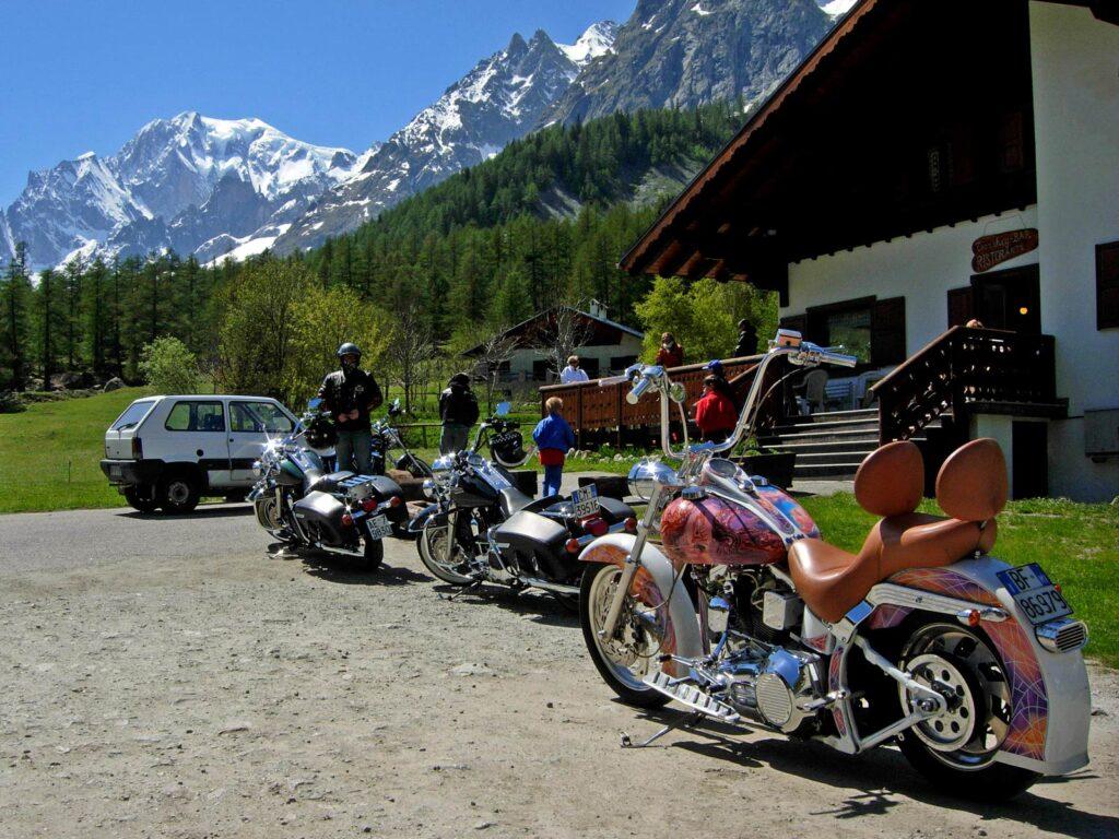 Motociclisti in pausa a Tronchey, in Val Ferret.