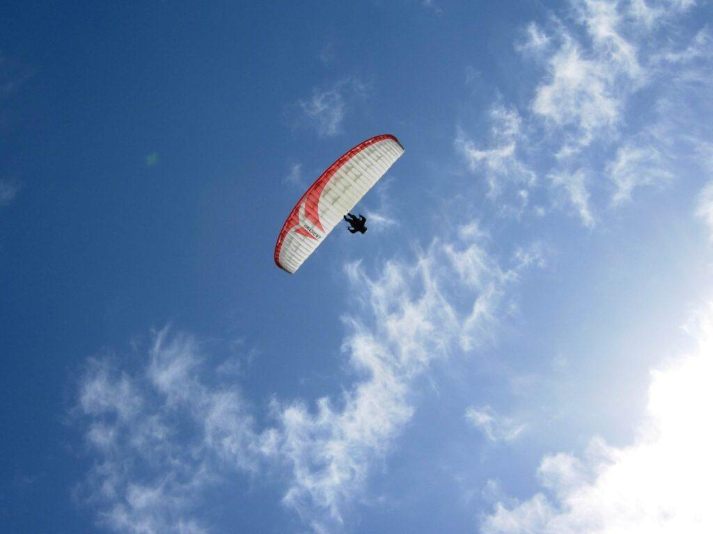 Parapendio nei cieli sopra Morgex.