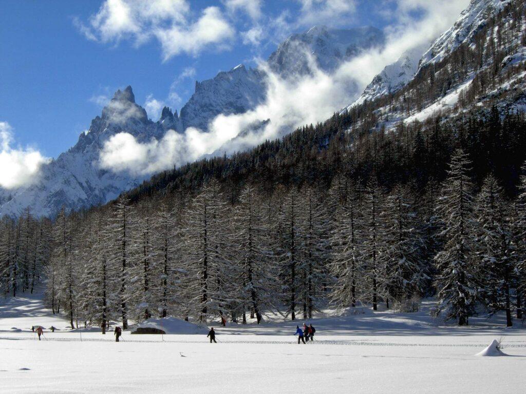Fondisti in Val Ferret con il Monte Bianco.
