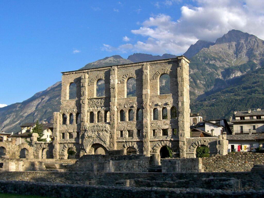 I resti del teatro romano di Aosta.