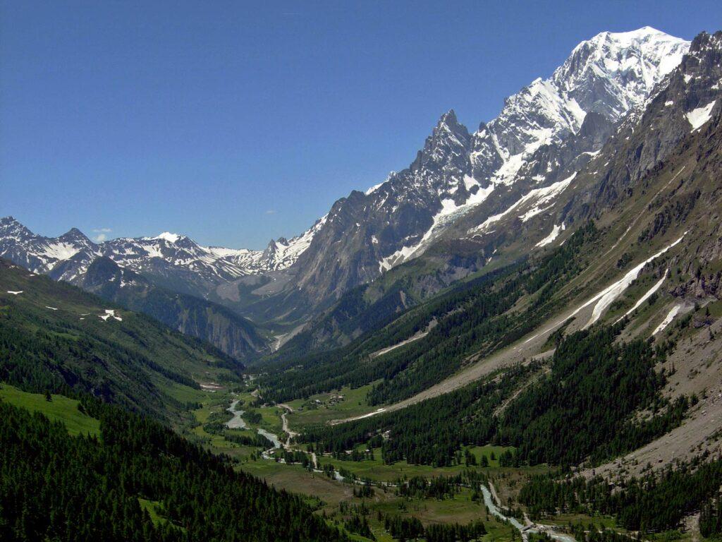 """La Val Ferret con la forma a """"U"""", tipica delle valli glaciali."""