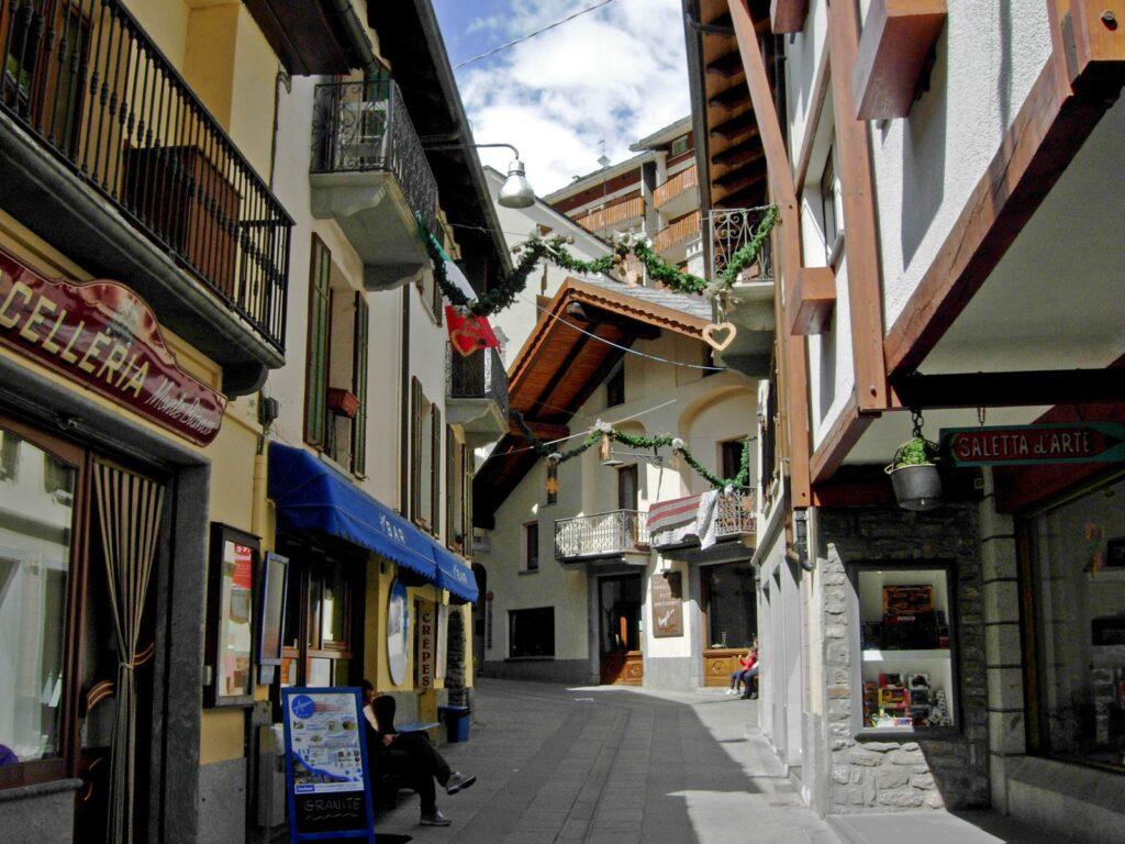 Scorcio di Via Roma, la strada dello shopping a Courmayeur.