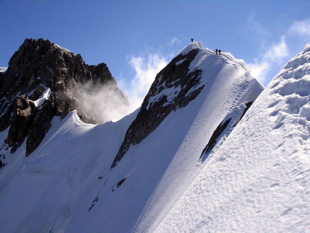 Alpinisti sulla cresta di Rochefort.